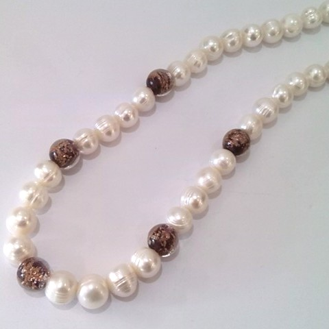 Ringed pearls with 'Gold-Sand' glass beads in Dark Purple.